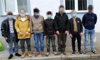 Șapte cetățeni vietnamezi, reținuți de polițiștii de fontieră la granița de vest a României VIDEO