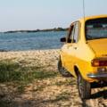 """Întrebarea adresată unui român care și-a pozat Dacia 1300 pe o plajă din Grecia. """"E parcarea până acolo sau nu au ținut frânele?"""""""