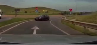 """Șofer obraznic filmat intrând nonșalant pe contrasens pe A3. """"Știa clar ce face, voia să ajungă înaintea TIR-ului"""" VIDEO"""