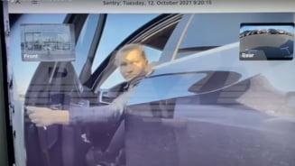Șoferiță filmată din Tesla vandalizând brutal mașina vecinului de parcare. Camera despre care habar n-avea că există VIDEO