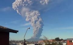 """""""Alerta rosie"""": Un vulcan a erupt prima data dupa 1961. Populatia fuge panicata (Video)"""
