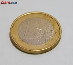 Curs valutar: Dolarul plonjeaza, euro - la un nou minim