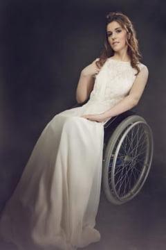 Flori de colt: Frumusete in scaun cu rotile - Povestea Magdei, modelul din carucior
