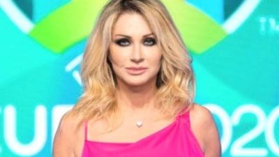 """""""Basic Instinct"""" la Euro 2020! Jurnalista blonda prinsa in """"ofsaid"""" a deslusit misterul lenjeriei intime. Ce spune despre asemanarea cu Sharon Stone VIDEO"""