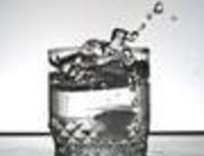 """""""Beti doi litri de apa pe zi"""" - adevar, mit sau interesele comerciantilor?"""