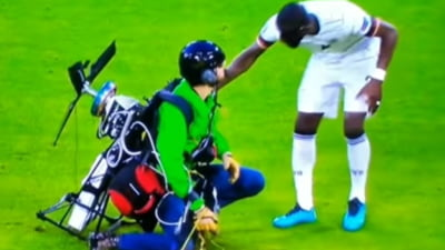 """""""E incalificabil!"""" S-a aflat ce voia sa faca parasutistul aterizat printre fotbalisti la meciul Franta - Germania VIDEO"""