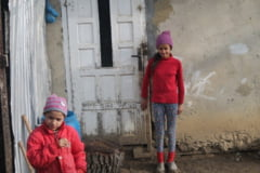 (FOTO) Ajutati sa intre in iarna o mama necajita ce creste singura toti cei cinci copii