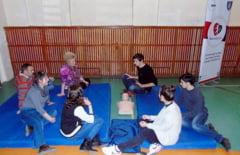[FOTO] Elevii si profesorii invata cum sa actioneze in caz de urgente medicale