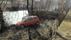 (FOTO) Tanara spitalizata dupa ce a plonjat cu masina pe malul raului Rebra