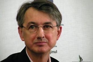 """""""Intelectualii lui Basescu"""", revoltati de cozile de la impozitarea drepturilor de autor"""