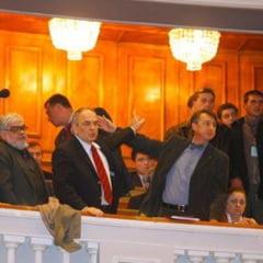 """""""Intelectualii lui Basescu"""" se plang ca sunt """"ca niste vite insemnate"""""""