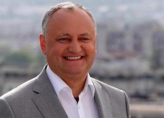 """""""Minune"""" in Vinerea Mare: fostul presedinte basarabean Igor Dodon a scos o pasca ambalata din cuptorul incins cu mainile goale VIDEO"""