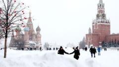 """""""Ninsoarea apocaliptica'' din Rusia ar putea dobori recordul din 1956. Moscova a fost ingropata sub 56 de centimetri de zapada, iar traficul a fost paralizat"""