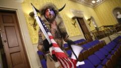 """""""Samanul QAnon"""" a lasat un bilet pentru vicepresedintele Mike Pence, in timpul asaltului de la Capitoliu. Jake Angeli risca 46 de ani de inchisoare"""