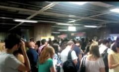 (Video) Mii de oameni blocati la metrou la Unirii UPDATE Metrorex cere scuze si spune ca va schimba cartelele
