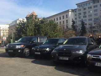 (Galerie foto) Cu bolidul la Congres: Parcarea Salii Palatului, arhiplina cu masinile de lux ale liderilor PSD