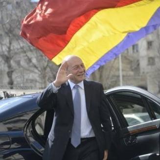 1 Decembrie: Basescu merge la Cotroceni, iar la parada va sta in multime