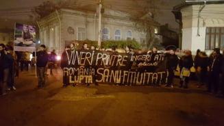 A patra zi de proteste Capitala contrastelor: Liniste si rugaciuni vs. huiduieli si bataie pe microfon (Galerie foto)