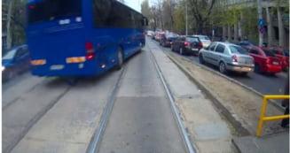 Clipul zilei: Tragedie evitata in ultima secunda. Un autocar al Jandarmeriei a mers pe contrasens, pe linia de tramvai