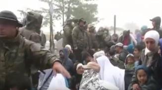 Criza imigrantilor: Refugiati batuti cu bastoanele la granita (Video socant)