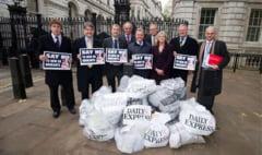 Cruciada Daily Express: Cu sacii de semnaturi impotriva imigrantilor romani, la usa premierului