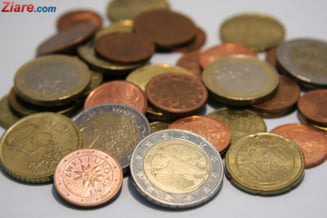 Curs valutar: Euro creste usor, dolarul stagneaza