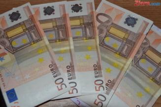Curs valutar: Euro creste, insa dolarul continua sa scada