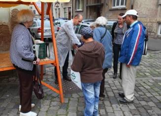 "Flori de colt: ""O masa calda"" - Cum hranesc niste tineri sarmanii din Cluj"