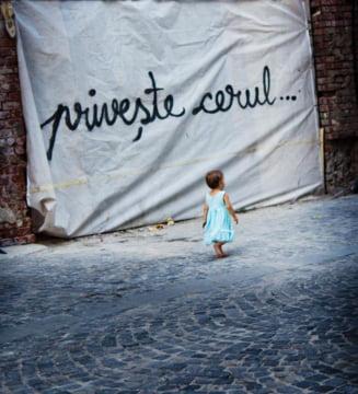 """Flori de colt: """"Priveste cerul"""", mesajul care a impanzit Bucurestiul si Parisul. Cine si de ce il scrie"""