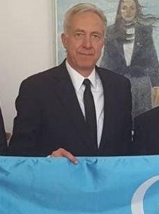 Fotografia zilei: Ambasadorul SUA, cu steagul secuiesc in mana