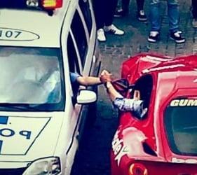Fotografia zilei: O strangere de mana intre un politist si soferul unui Porsche Carrera