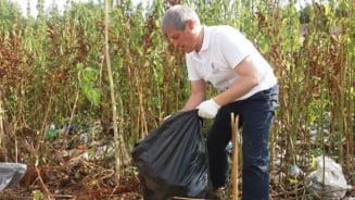 Fotografia zilei: Premierul Ciolos a strans gunoaie in Delta Vacaresti