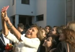 Fotografia zilei: Prima Doamna, selfie cu elevii