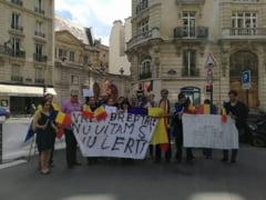 Fotografia zilei: Protest in fata Ambasadei Romaniei din Paris