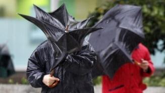 Meteo: Vreme mohorata, cu ploi torentiale si vijelii