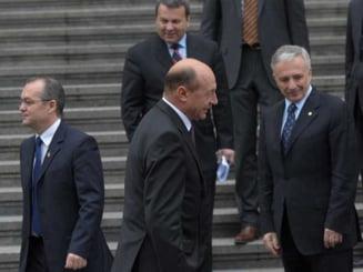 Revista presei: Boc, bagat in corzi de Basescu si de partid