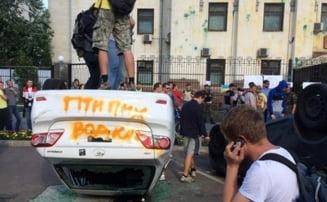 "Ucraina, in prag de razboi: Protest cu oua si masini rasturnate la Ambasada Rusiei la Kiev - ""Fara vodka!"" (Video)"