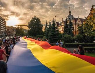 Ziua Unirii la Bucuresti: Tricolor imens desfasurat peste Dambovita
