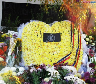 #Colectiv - 4 luni de la tragedie: Comemorare in strada cu martisoare, flori si lumanari