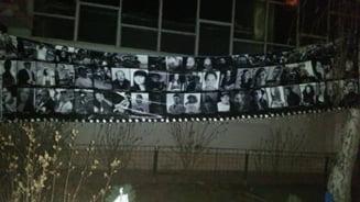 #Colectiv - 4 luni de la tragedie: Martisoare cu snururi alb-negre, flori si lumanari in fata clubului