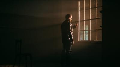 FOTO/ VIDEO Cine este Alexander Zudor, actorul acuzat ca viola femei in lift. A jucat in spoturi alaturi de copii si a pozat pentru coperta unei carti
