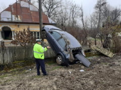 FOTO/ VIDEO O tanara a ajuns cu masina pe un stalp de electricitate