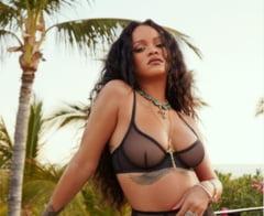 FOTO Cantareata Rihanna a dat lovitura cu poza asta. Topless incendiar la care au privit milioane de fani