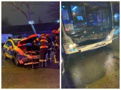 FOTO Doi politisti raniti dupa o coliziune intre un autobuz STB si o autospeciala de politie