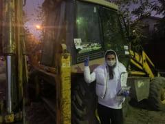 FOTO Momente comice cu Elena Basescu, in campania electorala. Fotografii cu oaia, cu magarul, cu o lebada si cand pune pliante pe excavator