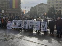 """FOTO Protest la Iasi, de Ziua Unirii Principatelor. Manifestantii cer construirea autostrazii """"Unirii"""": Opriti spagile! Avem nevoie de A8!"""