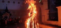 FOTO VIDEO Cum este sarbatorit Ajunul Craciunului pe rit vechi. Sarbii din Banat au aprins badnjak-ul