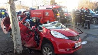 UPDATE FOTO Accident foarte grav in Bucuresti: Trei adulti, dintre care doi sunt in stare inconstienta, si doi copii au fost raniti