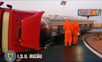 VIDEO UPDATE O cisterna cu 24 de tone de diluant s-a rasturnat intr-un sens giratoriu la intrarea in Buzau. Masina era condusa de o femeie de 48 de ani