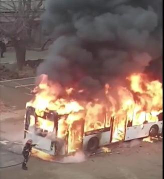 VIDEO Autobuz in flacari in Galati. Calatoreau in el 25 de oameni
